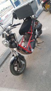 אחד האופנועים שנמצאו בפשיטה במזרח העיר (צילום: דוברות המשטרה)