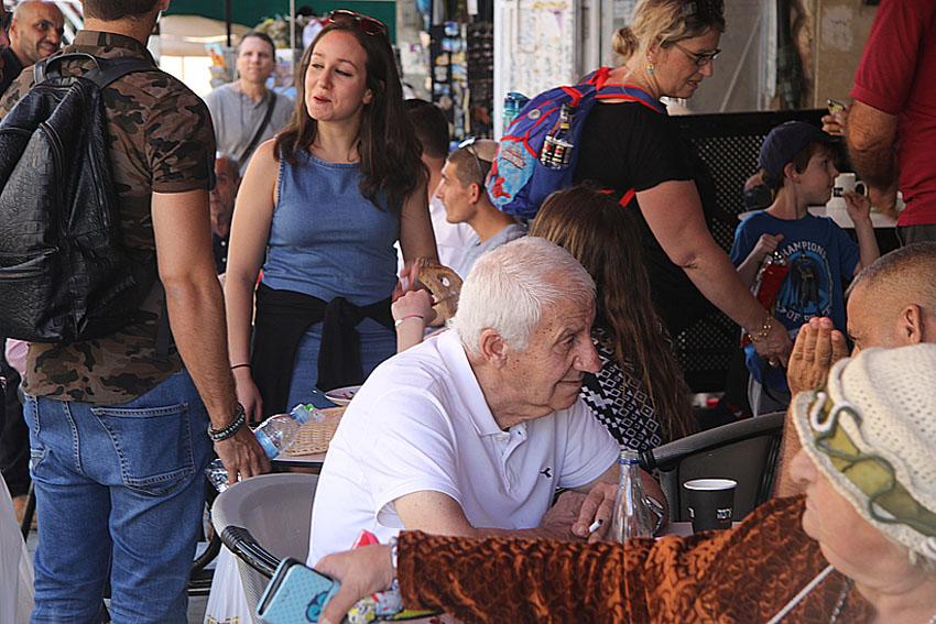 פפראצי בירושלים: 'המוח' יושב על כוס קפה בשוק
