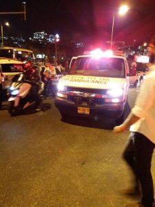 """זירת התאונה בגולדה מאיר, רכב איבד שליטה ופגע בעמוד רמזור שנפל על הולכי רגל (צילום: דוברות מד""""א)"""