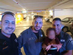 שוטרים חילצו פעוט מרכב בחניון הדסה עין כרם (צילום: דוברות המשטרה)