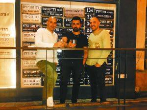 """אביחי אוחנה וחברים בג'קו סטריט בשוק מחנה יהודה (צילום: יח""""צ)"""