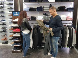 אבי לוי בחנות בוקה (צילום: פרטי)