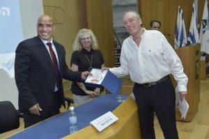 פרופ' אבי ריבקינד מקבל את אות 'אזרח יקיר הבטיחות בדרכים' בכנסת (צילום: שלומי אמסלם)