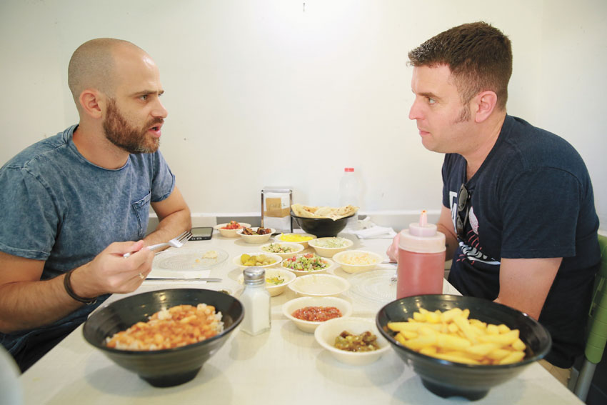 """יהונתן כהן ועמית אהרנסון, מסעדת """"ביבי אקספרס"""" (צילום: ארנון בוסאני)"""