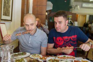 """יהונתן כהן ועמית אהרנסון במסעדת """"יהודית - השיפודיה"""" (צילום: אסף קרלה)"""