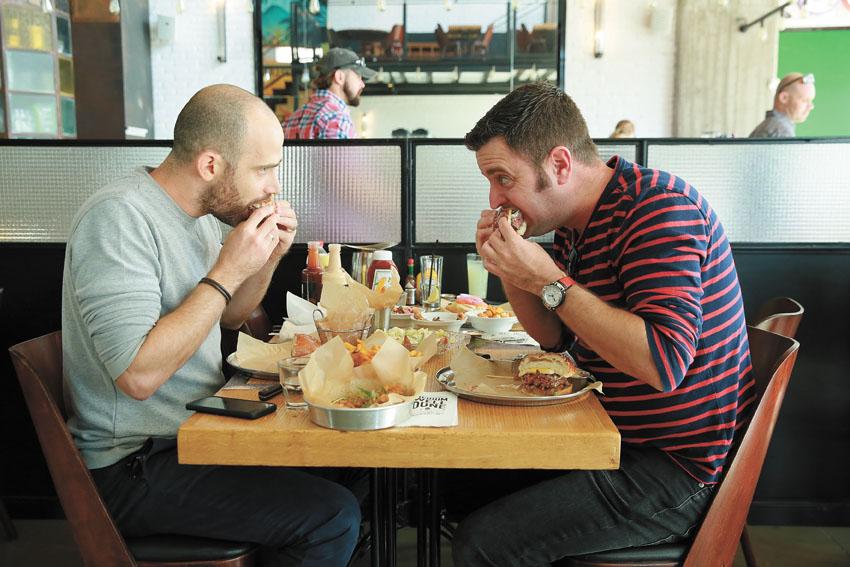 """יהונתן כהן ועמית אהרנסון במסעדת """"BBB"""" (צילום: ארנון בוסאני)"""