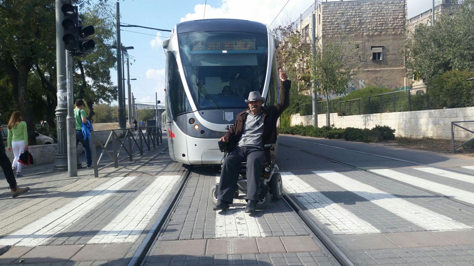 הפגנת הנכים, חוסמים את תנועת הרכבת הקלה (צילום: אורן בן-חקון)