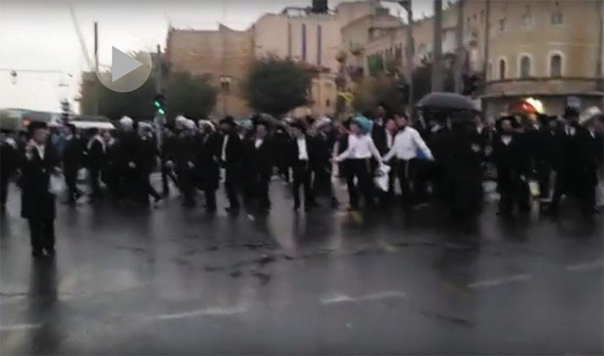 הפגנת חרדים בכניסה לעיר (צילום: אורן בן-חקון)