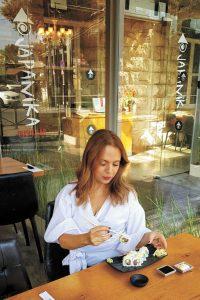 סיגל קליין אוכלת סושי בג'פיניקה (צילום: סיוון בלולו)