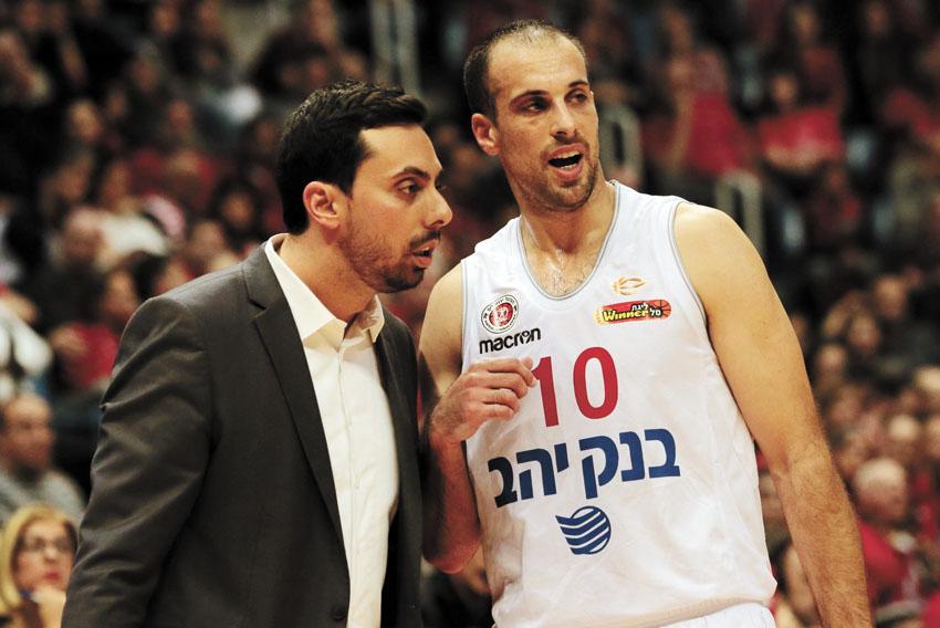 יותם הלפרין ומודי מאור - צוות האימון של הפועל ירושלים (צילום: אורן בן-חקון)