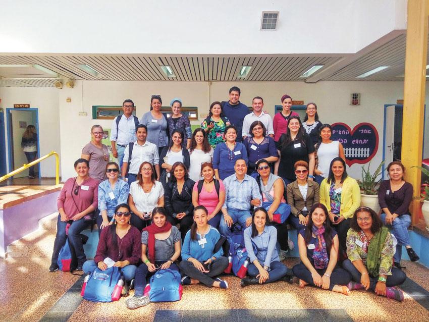 """המשלחת החינוכית מדרום אמריקה בבית הספר """"מגדים"""" (צילום: עיריית מעלה אדומים)"""