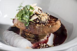מסעדת ואלרו של השף אביב משה - מנת פילה עגל, רביולי סוכריות, שום, קרם סלרי, ציר מרלו (צילום: אפיק גבאי)