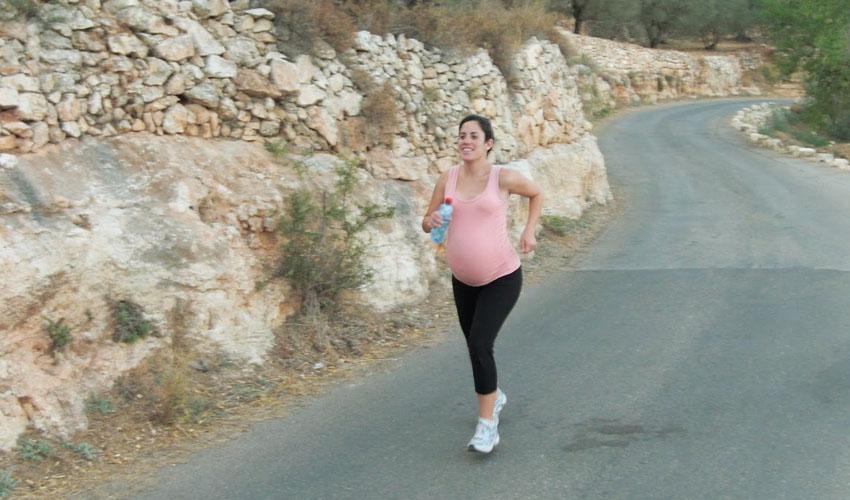 רותי זינדל אוכמן רצה בהריון (צילום: טל אוכמן)