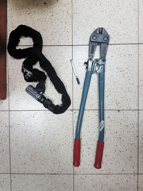 כלי הפריצה (צילום: דוברות המשטרה)