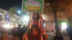 """הפגנת התמיכה ב""""דיינר R&R"""" במרכז העיר (צילום עדי שביט)"""