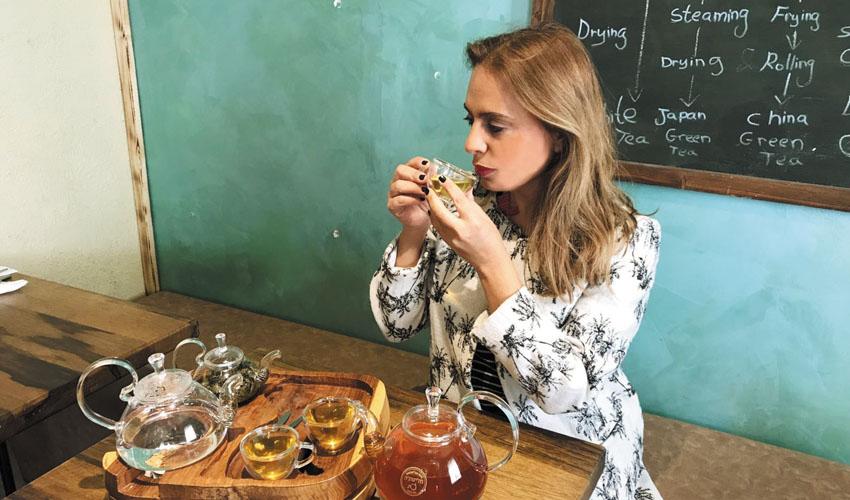 סיגל קליין מתענגת על תה במלון וילה בראון (צילום: נועם קליין)