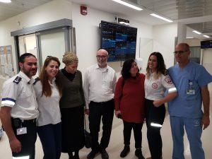 """המפגש בין משפחתו של אשר אלמליח לבין צוות מד""""א שהציל את חייו (צילום: דוברות מד""""א)"""