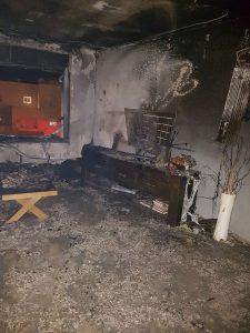 שריפה בדירה בפסגת זאב בשל שימוש לא בטיחותי בחנוכייה (צילום: כבאות והצלה ירושלים)