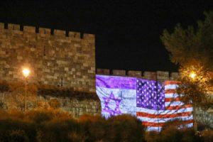 חומות העיר העתיקה מוארים בדגלי ארצות הברית וישראל (צילום: דוברות העירייה)