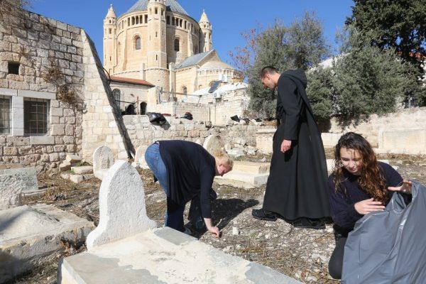 מבצע ניקיון בבית הקברות המוסלמי בהר ציון (צילום: יוסי זמיר)