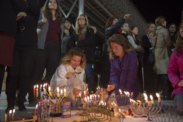 """נשות הכותל מדליקות נרות חנוכה (צילום: יח""""צ)"""