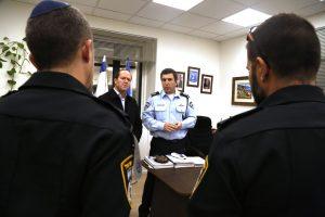 מפקד מחוז ירושלים ניצב יורם הלוי וראש העיר ניר ברקת עם השוטרים שהשתלטו על המחבל (צילום: דוברות המשטרה)