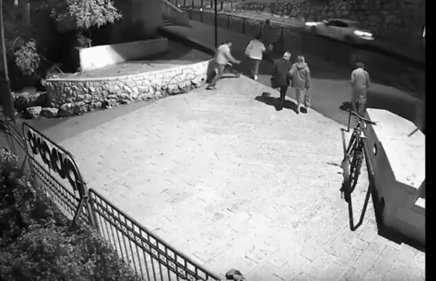 שוד סמוך לסינמטק, מתוך סרטון האבטחה (צילום: באדיבות דוברות המשטרה)