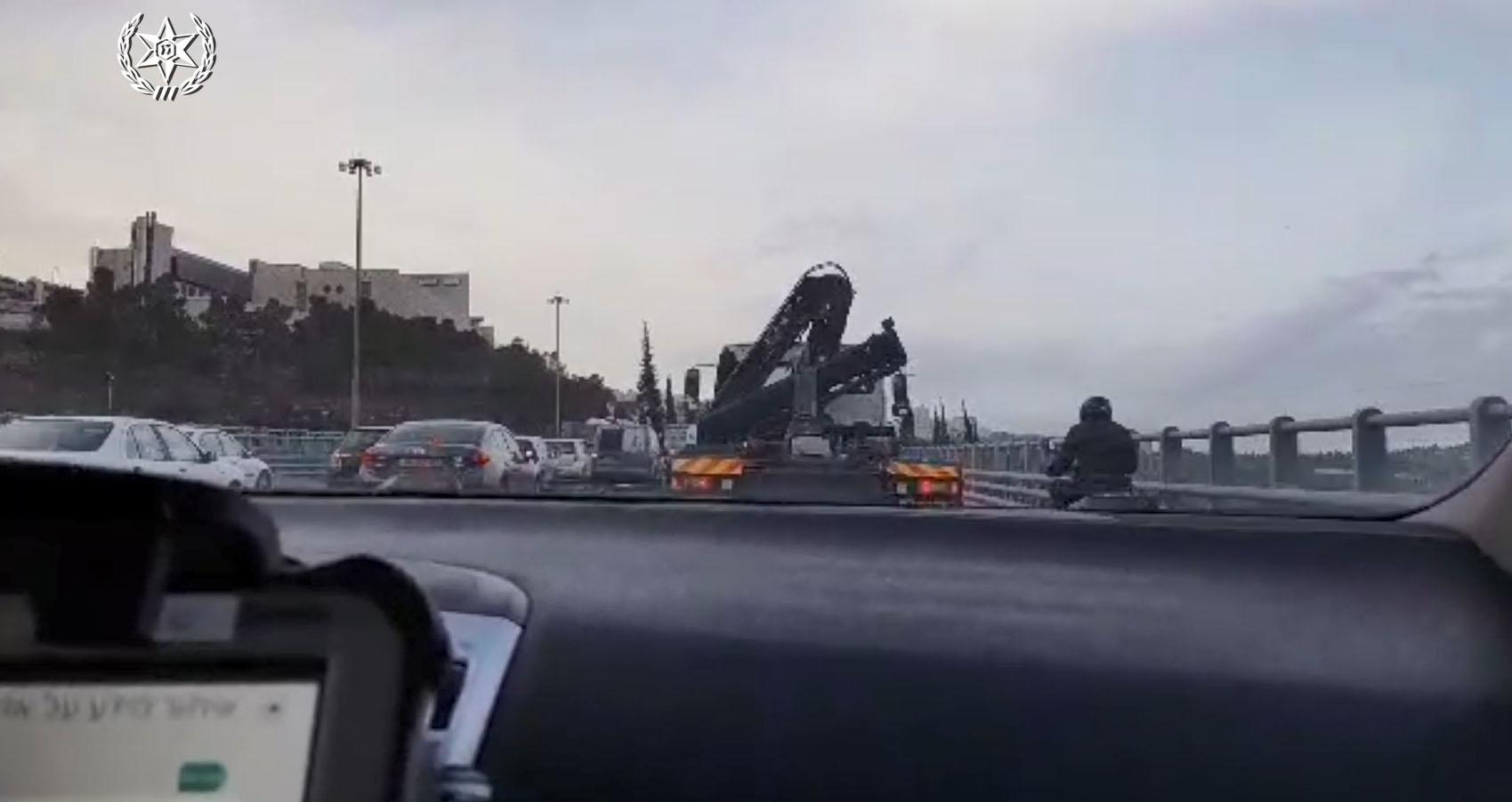 תיעוד מתוך מצלמת ניידת התנועה - מפלסים את הדרך עבור יולדת (צילום: משטרת ישראל)