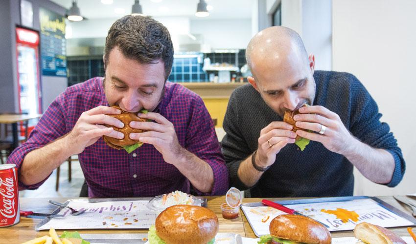 עמית אהרנסון ויהונתן כהן, המבורגר ממפיס (צילום: אסף קרלה)