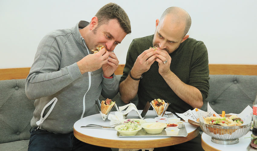 """עמית אהרנסון ויהונתן כהן, """"חיוקה - שף תאכל"""" (צילום: ארנון בוסאני)"""