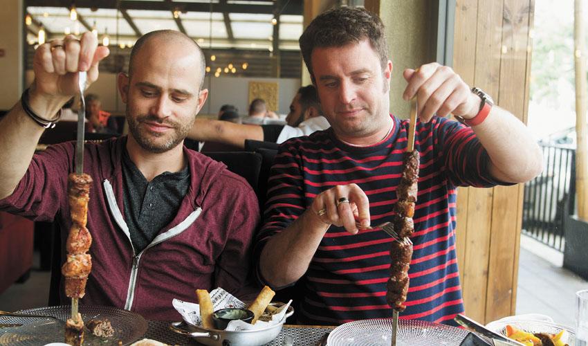 """יהונתן כהן ועמית אהרנסון, מסעדת """"עזרא"""" (צילום: אסף קרלה)"""