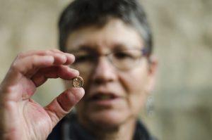 """ד""""ר שלומית וקסלר-בדולח, מנהלת אתר החפירה ברחבת הכותל המערבי מטעם רשות העתיקות עם טביעת החותם הנדירה (צילום: יולי שוורץ, רשות העתיקות)"""
