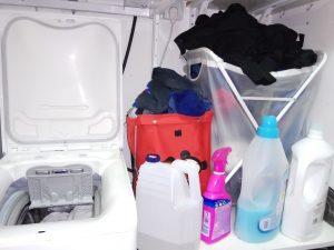 מכונת כביסה, אבקת כביסה ומרככי כביסה - תמונה לטור של מיכל פישמן רואה על הררי כביסות