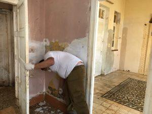 עבודות השיפוץ בדירת הקשישים במרכז העיר, הבוקר (צילום: אופיר הרוש)