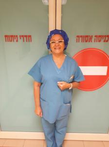 """סוניה כליפה עובדת בחדר הניתוח של משגב לדך מבית מאוחדת (צילום: יח""""צ)"""