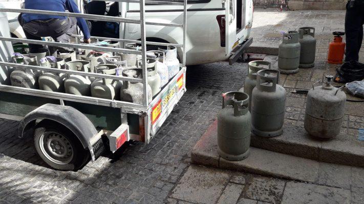 חלק מבלוני הגז הפיראטיים שנתפסו בעיר העתיקה (צילום: דוברות המשטרה)