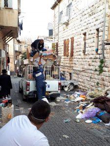 פינוי האשפה מדירת הקשישים שחיו בעוני מחפיר במרכז העיר (צילום: אופיר הרוש)
