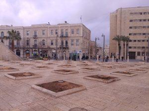 רחבת עיריית ירושלים ללא עצי הדקל שנכרתו