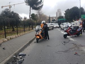 תאונת אופנוע ומונית, סמוך לגן הפעמון (צילום: הערשי פרלמוטר - דוברות איחוד הצלה)