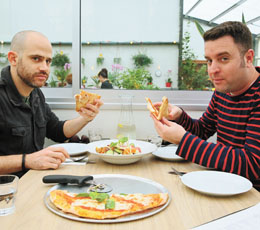 עמית אהרנסון ויהונתן כהן בקפה חממת הסחלבים (צילום: ארנון בוסאני)