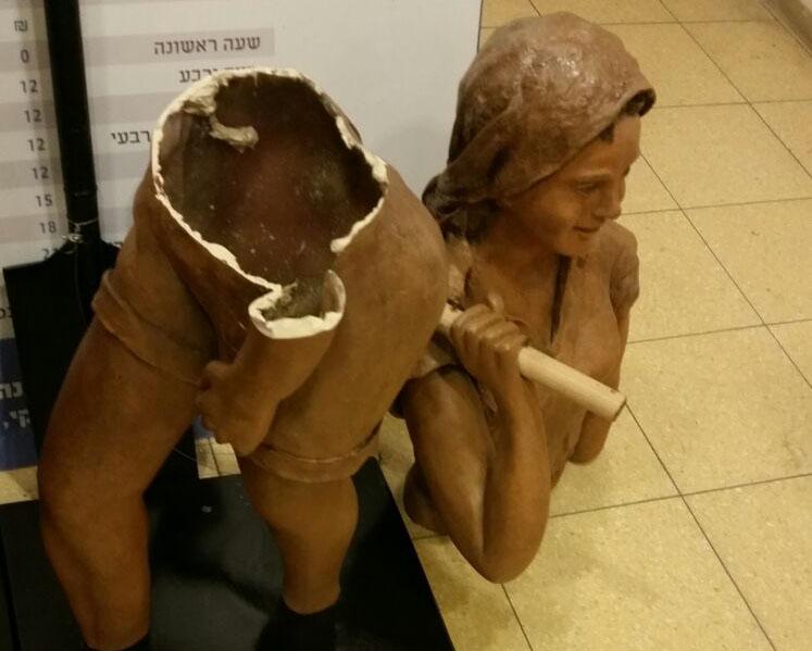 פסל האישה החלוצה המנותץ