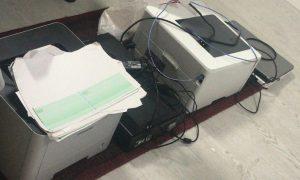 ציוד המדפסות שנמצא בביתו של החשוד (צילום: דוברות המשטרה)