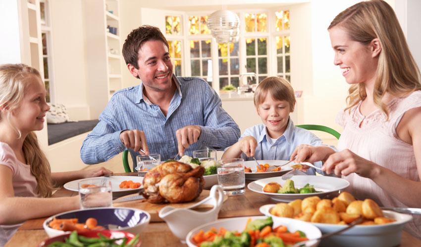 משפחה אוכלת (צילום אילוסטרציה: א.ס.א.פ קריאייטיב/INGIMAGE)