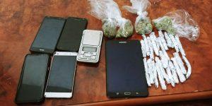 הסמים שנתפסו אצל החשודים (צילום: דוברות המשטרה)