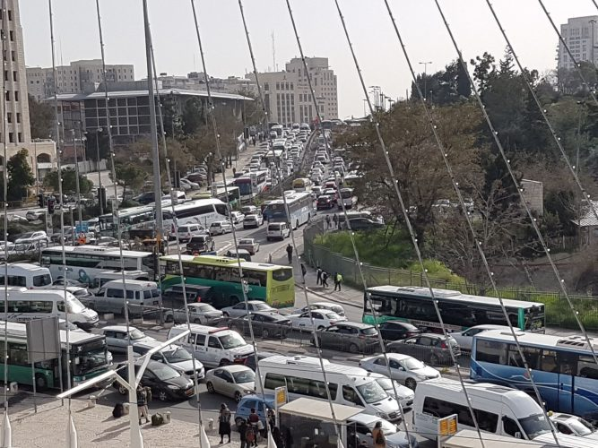הפקקים בכניסה לעיר בעקבות העבודות להקמת רובע העסקים של ירושלים (צילום: באדיבות אופיר לנג)