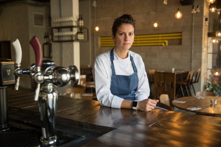 """רעות כהן, בעלת מסעדת """"דיינר R&R"""" במרכז העיר (צילום: אמיל סלמן)"""