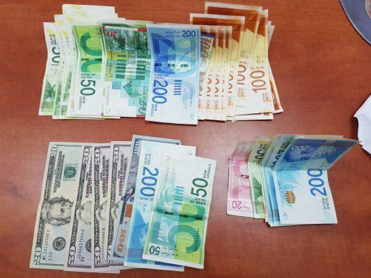 חלק מהכסף המזומן שנמצא בבתי הבושת בירושלים (צילום: דוברות המשטרה)