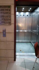 צואת אדם במעלית בתחנה המרכזית