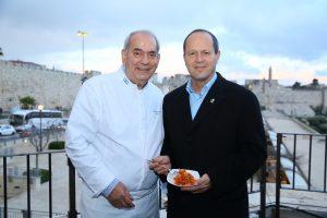 אירוע ההשקה למרתון ירושלים 2018 - ראש העיר ניר ברקת ושף שלום קדוש עם מנת הפסטה (צילום: ארנון בוסאני)