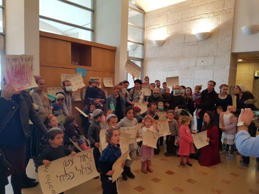 ההפגנה מחוץ לישיבת הוועדה המקומית לתכנון ולבנייה בכיכר ספרא - הורים מוחים נגד בניית חניון אוטובוסים במשכנות האומה